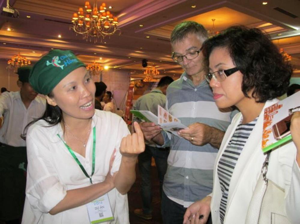 Chị Nguyễn Thị Thu Hồng (bìa trái) dám thử thách khi chọn con đường kinh doanh  thay vì yên phận với công việc chuyên môn - Ảnh: Nhân vật cung cấp