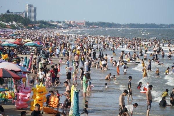 Theo báo cáo, có khoảng 70.000 du khách đến Vũng Tàu vui chơi, tắm biển và con số này vẫn là ít so với năm 2019. Ngày 1-5, UBND tỉnh Bà Rịa - Vũng Tàu đã ra công văn hỏa tốc tạm dừng một số hoạt động để phòng, chống dịch Covid-19.