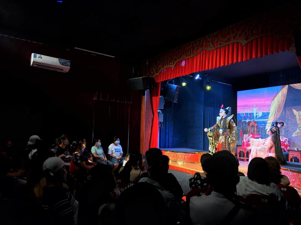 Khán phòng hoàn toàn kín khán giả ủng hộ nồng nhiệt cho đêm diễn.