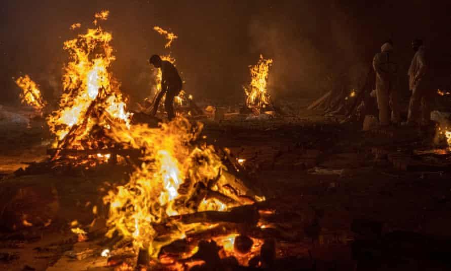 Kinh hoàng cảnh hỏa táng thi thể nạn nhân COVID-19 ở New Delhi, Ấn Độ -  Ảnh: Reuters