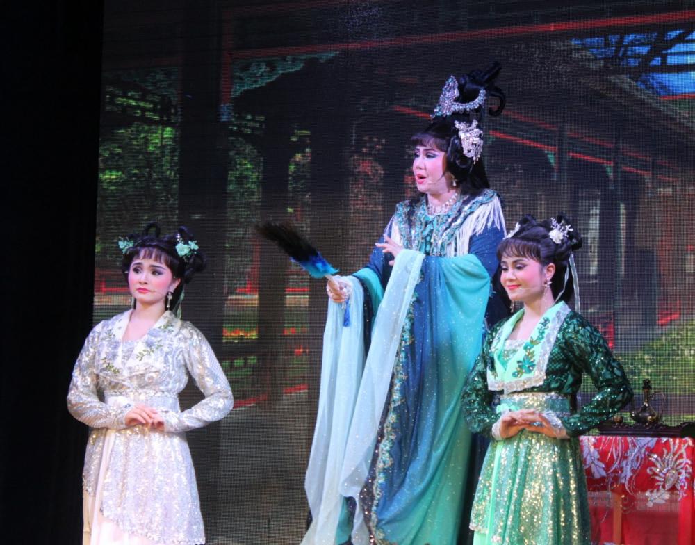 Ba mẹ con NSƯT Tú Sương và 2 bé Hồng Quyên - Tú Quyên cùng đứng chung sân khấu trong đêm diễn ý nghĩa.