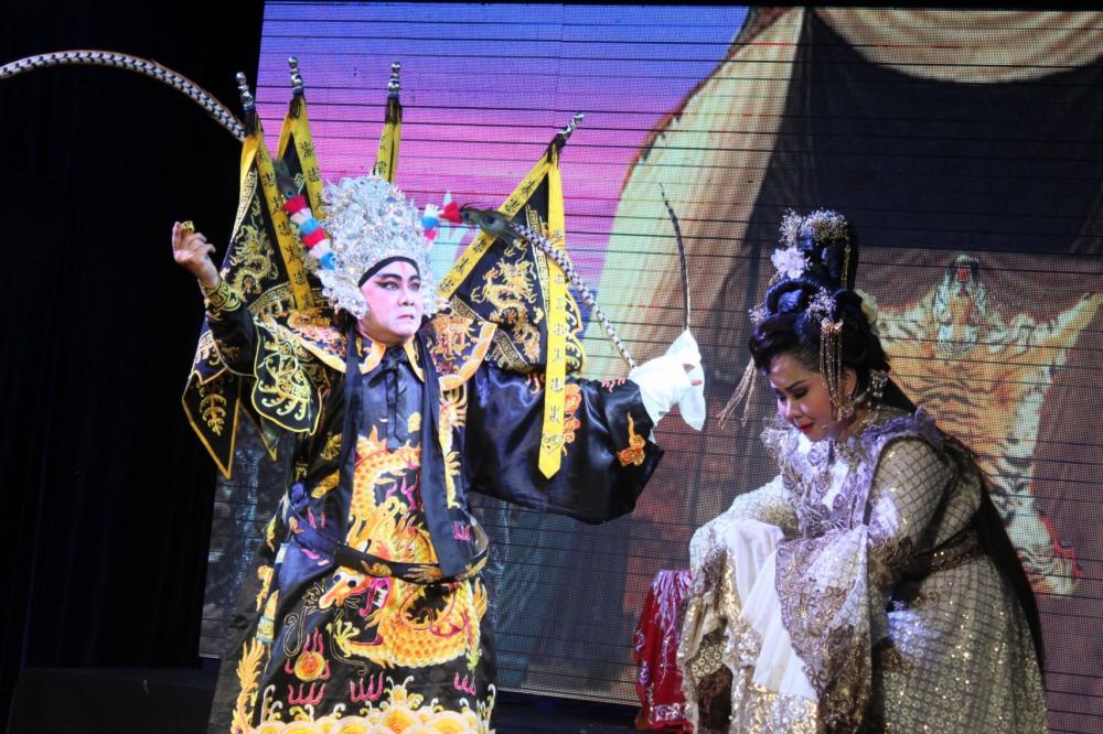 Nghệ sĩ Lê Thanh Thảo trong vai Tiểu Kiều chiếm được nhiều cảm tình của khán giả trong lớp diễn tiễn chồng - Châu Du ra trận.
