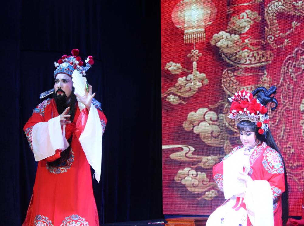Nghệ sĩ Điền Trung và NSƯT Tú Sương kết hợp rất ăn ý với nhau khi vào vai Lưu Bị và Ngô quận chúa, cặp đôi chồng đã ngũ tuần - vợ vừa 16 nổi tiếng của Lưu Bị cầu hôn giang tả.