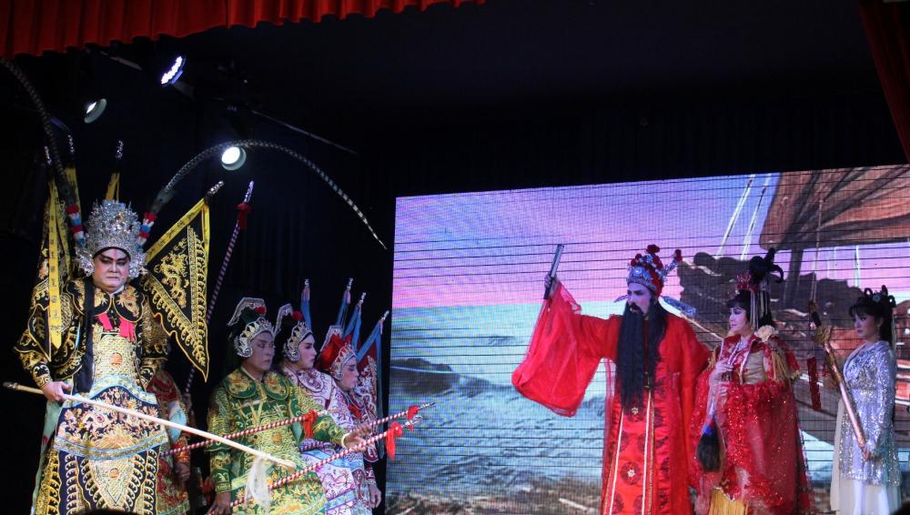 Lưu Bị kịp đem Ngô quận chúa lên thuyền rời Đông Ngô trước bước truy cản của Châu Du.