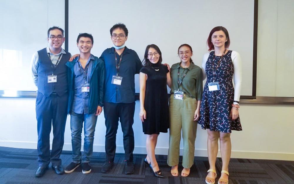 Hoàng Nhật Minh (thứ hai từ trái sang) với các bạn cùng nhóm và giảng viên tại một buổi thuyết trình cho khách hàng trong khuôn khổ chương trình cử nhân truyền thông chuyên nghiệp