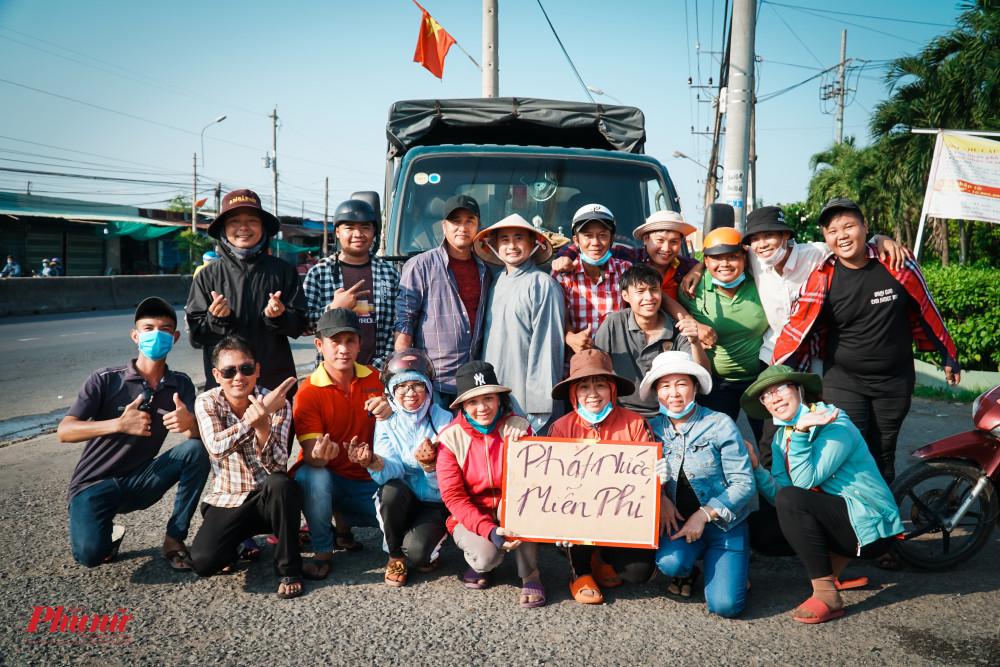 Niềm vui khi nhóm từ thiện phát xong 12.000 chai nước suối