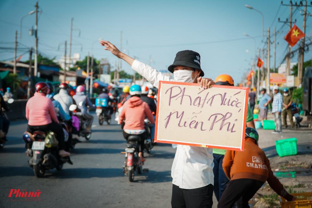 12.000 chai nước suối ướp lạnh được phát đến tay bà con trên đường trở về Sài Gòn vào trưa chiều 2/5