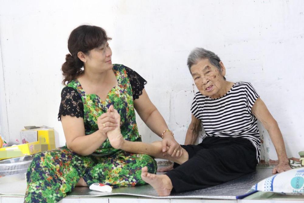 Chị Hoa tận tụy chăm sóc bà Năm