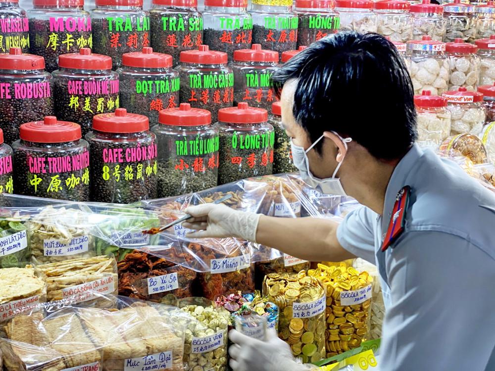 Cơ quan quản lý lấy mẫu thực phẩm bày bán trên thị trường TP.HCM để kiểm tra