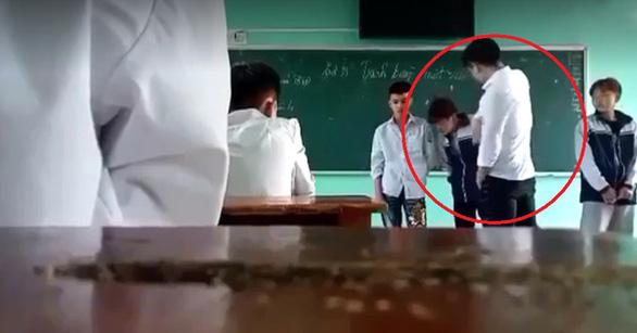 Không có học đường nào cho phép thầy giáo thẳng tay tát, đá vào ngực học trò (Ảnh cắt từ clip)