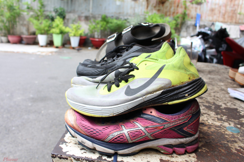 Giày dép cũ được mạnh thường quân tặng, anh Tuấn sửa chữa gửi đến tay người nghèo