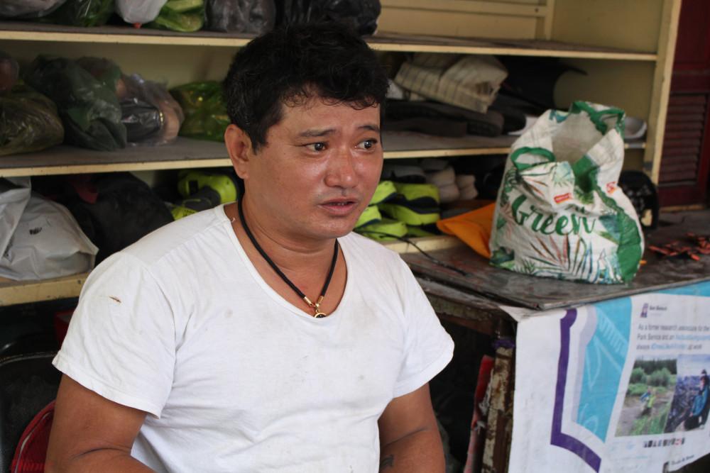 Anh Huỳnh Thanh Tuấn, chủ tiệm sửa giày dép miễn phí cho người nghèo