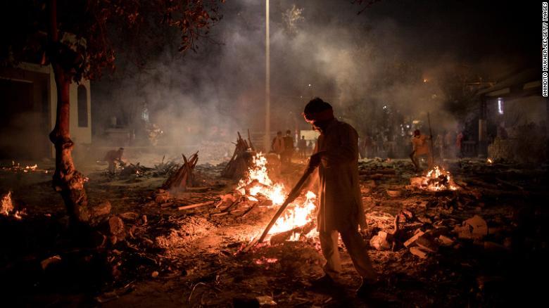 Các công nhân làm việc liên tục tại lò hỏa táng ở New Delhi, Ấn Độ.