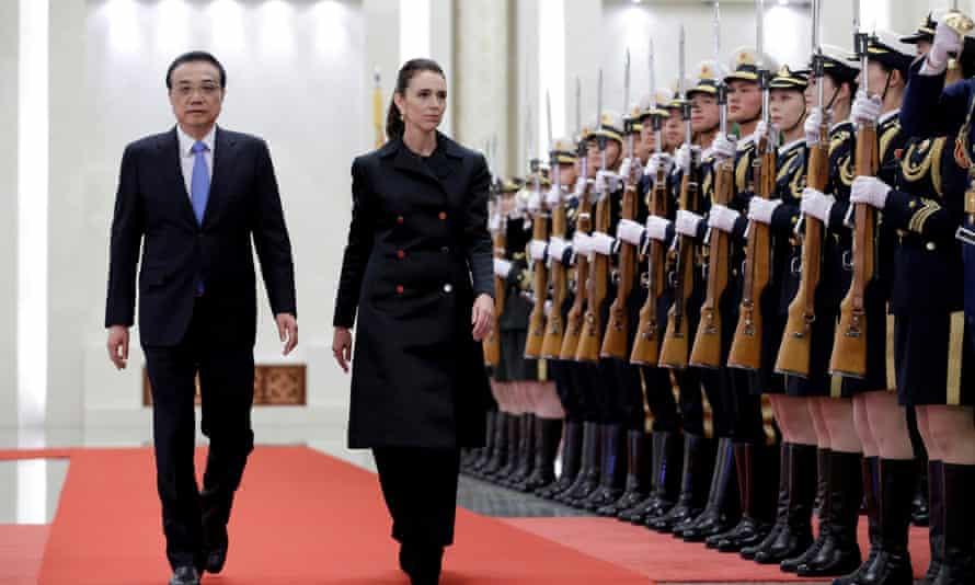 Thủ tướng Trung Quốc Lý Khắc Cường đón Thủ tướng New Zealand Jacinda Ardern (phải) tại Đại lễ đường Nhân dân ở Bắc Kinh, Trung Quốc, ngày 1/4/2019 - Ảnh: Reuters