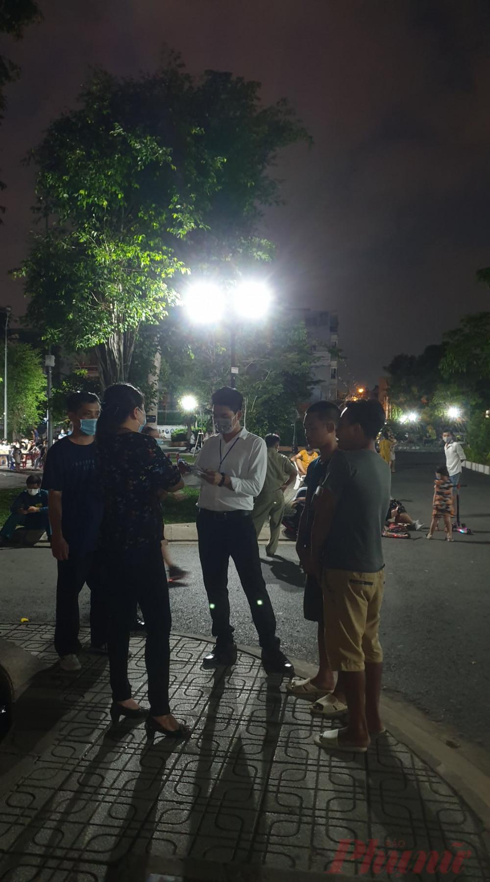 Đoàn công tác liên ngành thuộc UBND phường 8, quận Gò Vấp đang nhắc nhở người dân không đeo khẩu trang - Ảnh: Nguyễn Thuận