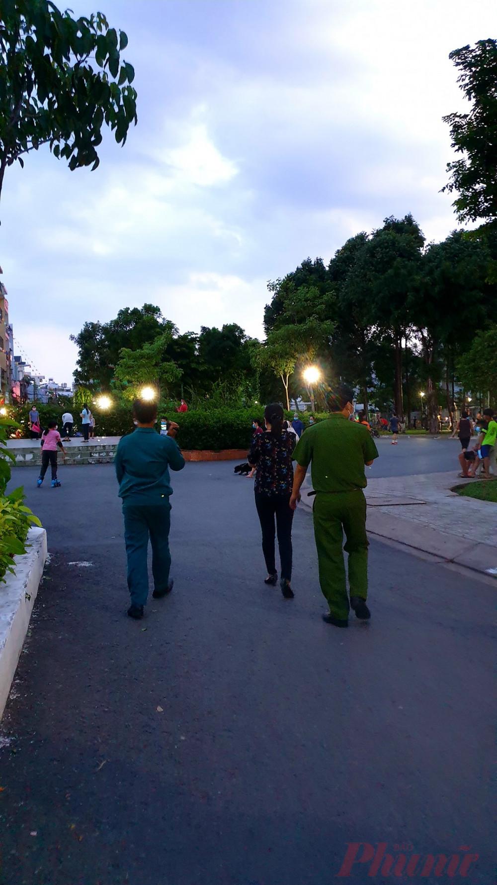 Cơ quan chức năng địa phương thường xuyên tổ chức các đợt tuyên truyền, kiểm tra việc thực hiện phòng chống dịch của người dân ở những đại điểm công cộng - Ảnh: Nguyễn Thuận