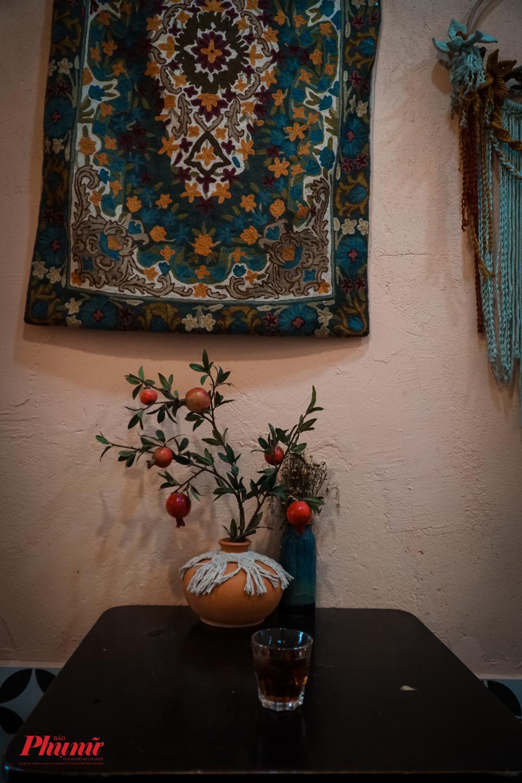 Quán được trang trí với phong cách độc lạ của chủ quán với nội dung chủ đạo là vật liệu handmade vầ len sợi