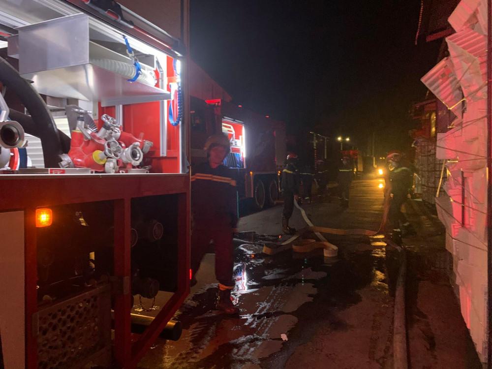 Lực lượng chức năng điều động khoảng 8 xe chữa cháy  cùng rất  nhiều cán  bộ  chiế  sĩ  đến  hiện  trường