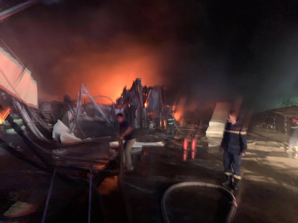 Đến 19g30 ngọn lửa vẫn đang cháy dữ dội
