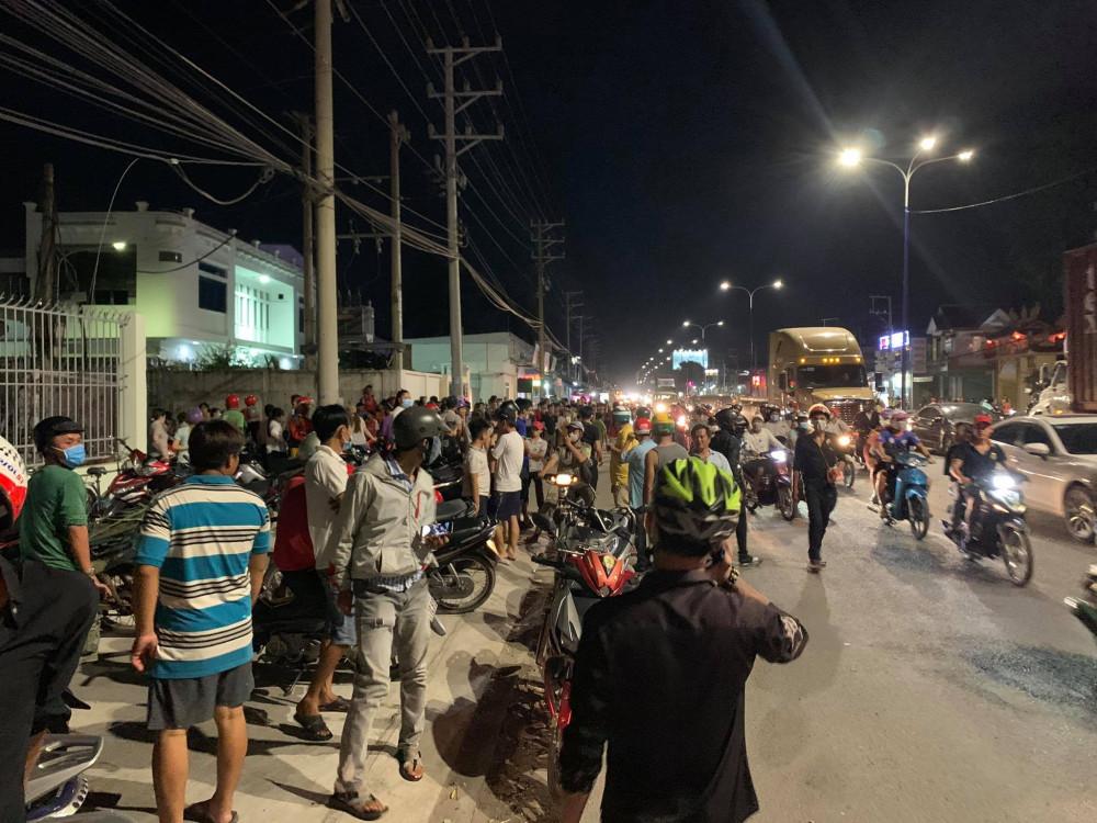 Hàng trăm  người  dân  hiếu  kì  đứng  theo  dõi vụ cháy