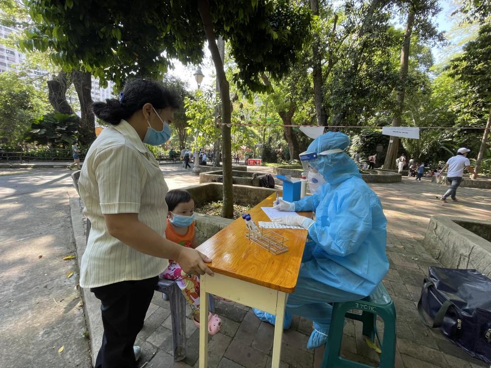 Lấy mẫu xét nghiệm COVID-19 tại Thảo Cầm Viên, quận 1, TPHCM