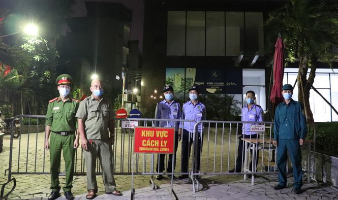 Lực lượng chức năng đóng chốt tại chung cư Viễn Đông Star.