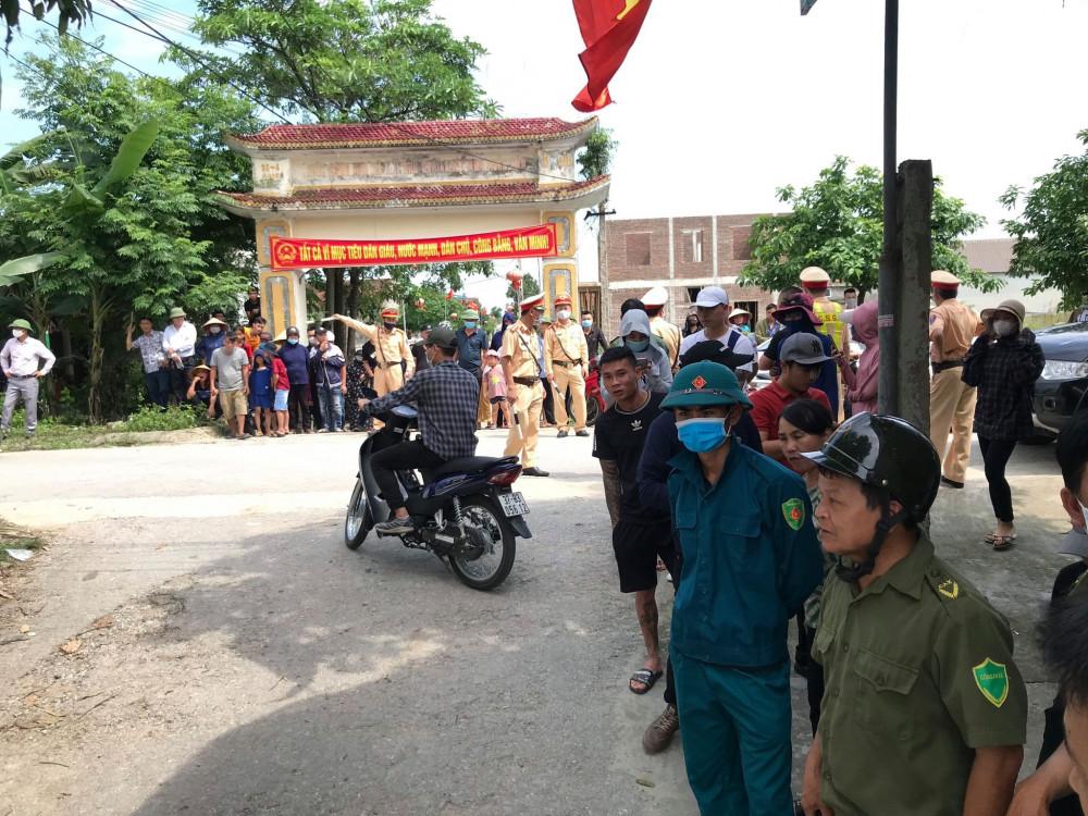Hàng trăm người dân hiếu kỳ, đội nắng theo dõi quá trình vây bắt Phú