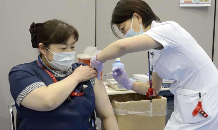 Hệ thống y tế Nhật Bản đang căng thẳng vì tình hình dịch bệnh gia tăng trong khi số người tiêm vắc-xin chỉ khoảng 1-2% dân số
