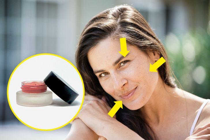 sử dụng phấn má hồng dạng kem cho mắt và môi. Chúng tôi nghĩ rằng một trong những sản phẩm yêu thích của nghệ sĩ trang điểm là phấn má hồng dạng kem. Bạn cũng có thể sử dụng phấn má hồng dạng kem mà bạn đã thoa lên má trên mí mắt và môi trên, bằng cách vuốt nhẹ (có, cũng có thể dùng ngón tay). Bằng cách này, bạn sẽ có được vẻ ngoài tự nhiên như mong đợi mà không cần phải suy nghĩ về cách kết hợp tất cả các sắc thái trang điểm của mình.