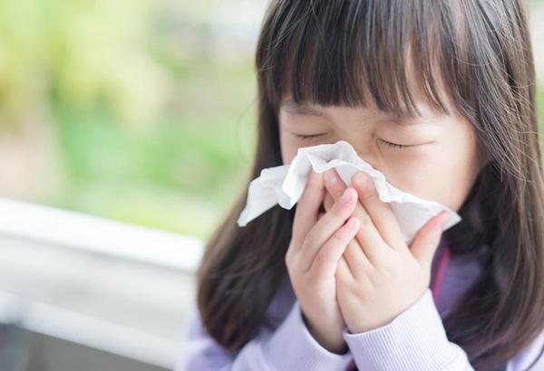 Biểu hiện lúc trẻ mắc bệnh như: sốt cao, đau đầu, nôn...