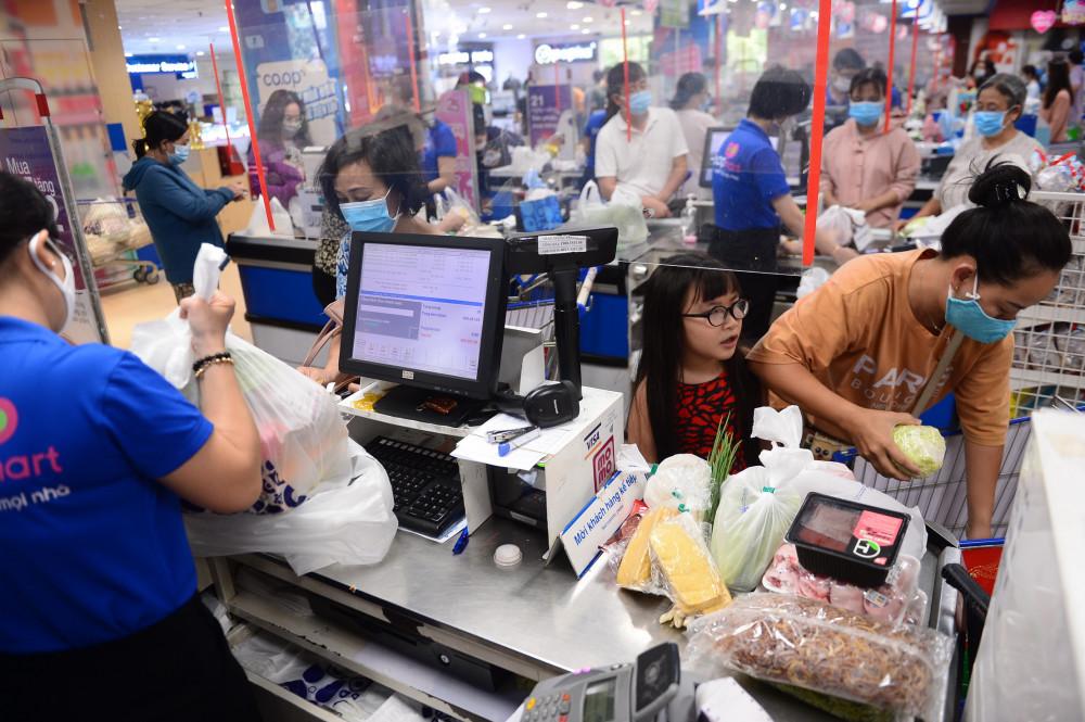 Khách hàng xếp hàng tấp nập chờ thanh toán tại siêu thị Co.opmart. Ảnh: Quang Định