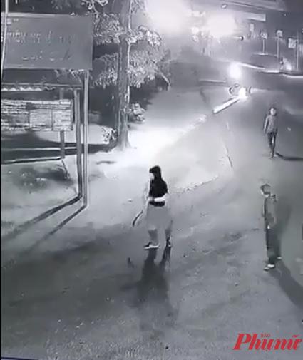 Nhóm người mang theo nhiều hung khí gồm mã tấu, rựa... rượt chém nam thanh niên nổ súng