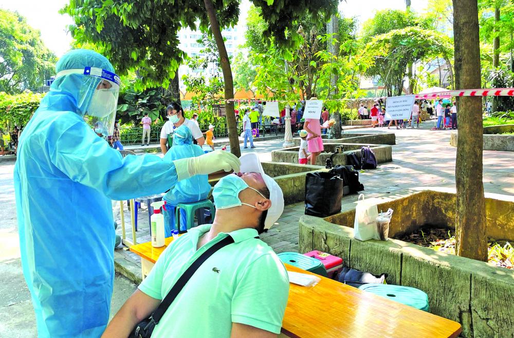 Nhân viên y tế ở TP.HCM lấy mẫu xét nghiệm COVID-19 ngẫu nhiên tại cá c điể m vui chơi sau dị p lễ 30/4 và 1/5 ẢNH: HIẾU NGUYỄN