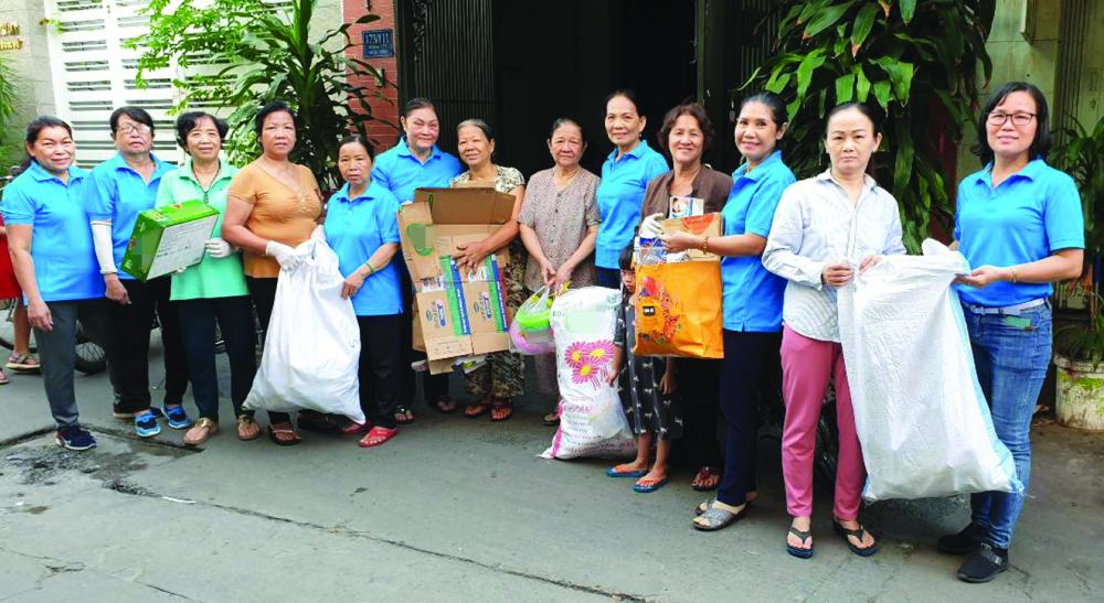 Chị Bùi Thị Kim Hường (thứ tư từ trái sang) cùng mô hình đã trao yêu thương đến với người cần