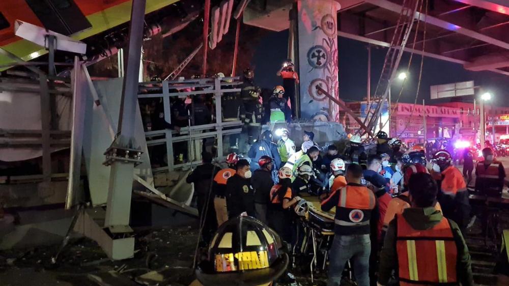 Nhân viên cứu hộ nỗ lực giải cứu những hành khách bị mắc kẹt