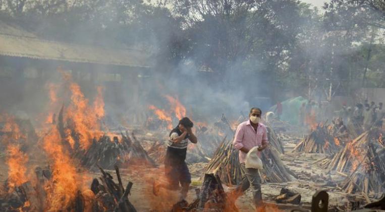 Những ngày qua ở Ấn Độ  những giàn hỏa táng thắp sáng bầu trời đêm.