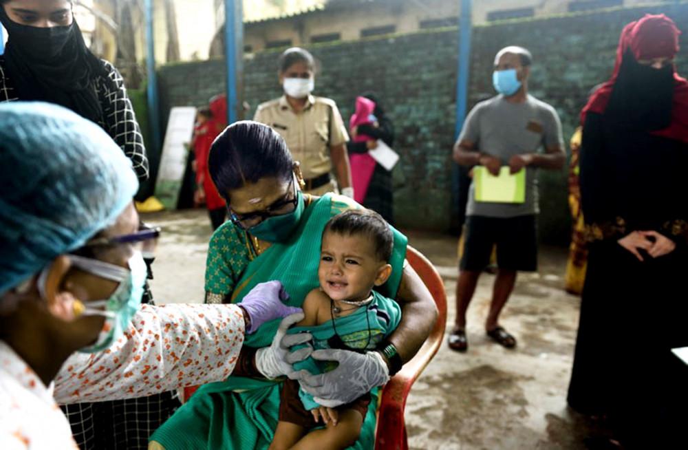 Là quốc gia sản xuất vắc-xin hàng đầu thế giới, Ấn Độ vẫn thiếu hụt vắc-xin cho người dân do không nắm giữ bản quyền vắc-xin cùng những thành phần quan trọng trong quy trình sản xuất - Ảnh: Getty Images