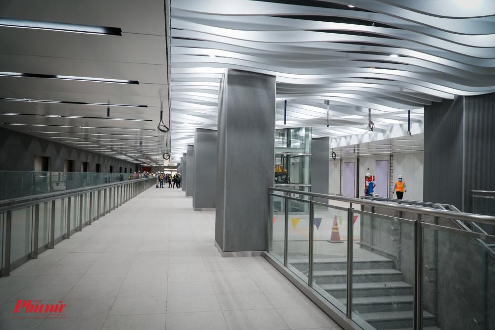 Ga Ba Son được thiết kế với màu sắc chủ đạo là màu xanh và trắng với các thiết kế hình lượn sóng tại Tầng 1