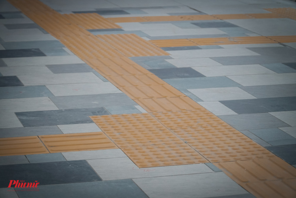 Như những nhà ga khá, nhà Ga Ba Son vẫn có đường đi riêng dành cho người khiếm thị