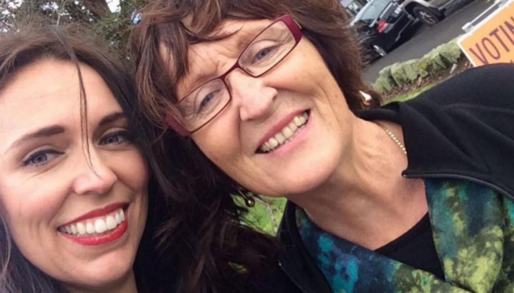 Hình ảnh Jacinda và mẹ trên facebook cá nhân
