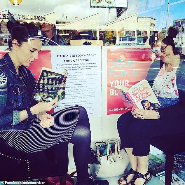 Thủ tướng New Zealand Jacinda Ardern (trái) đăng hình ảnh này lên Facebook cho thấy bà Laurell (phải) đang ngồi bên con gái cạnh cửa sổ của một nhà sách để quảng bá cho Tuần lễ cửa hàng sách quốc gia