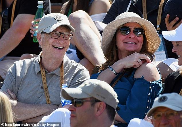 Bill Gates và Melinda xem một trận đấu thể thao năm 2019. Cả hai thoải mái trò chuyện, cười đùa hạnh phúc.