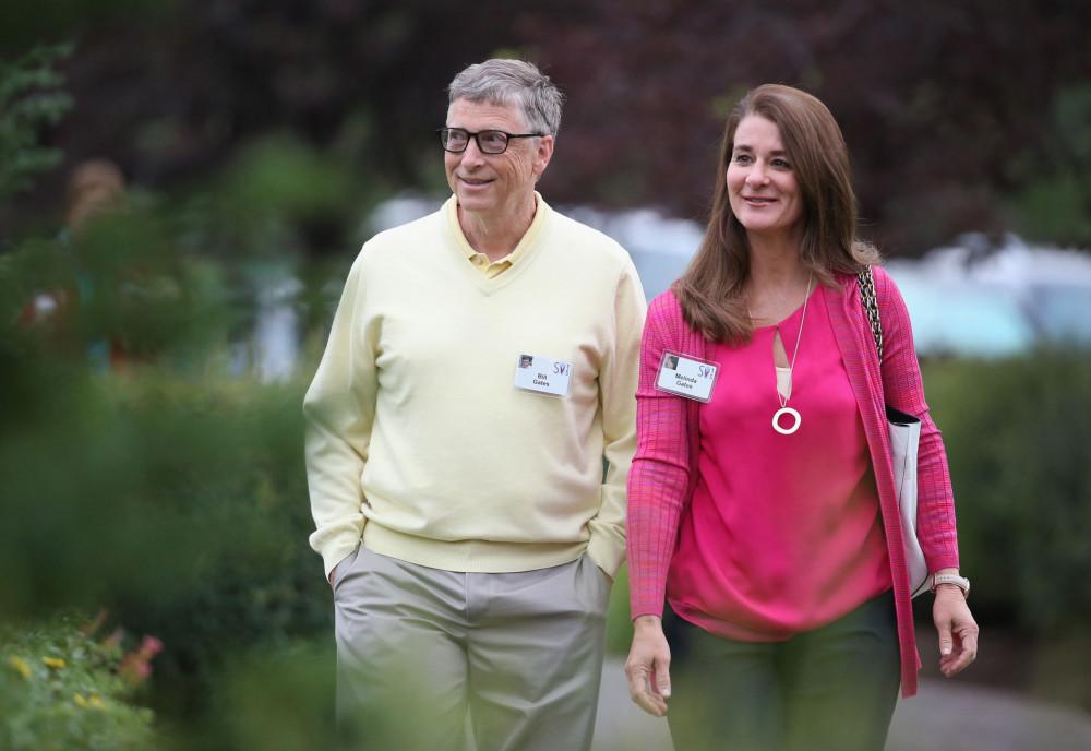 Bill Gates và vợ - bà Melinda Gates chính thức đường ai nấy đi sau 27 năm chung sống. Nguyên nhân không được tiết lộ cụ thể. Họ chỉ cho biết không thể tiếp tục đồng hành với tư cách vợ chồng trong chặng đưởng kế tiếp. Nhưng cả hai vẫn sẽ điều hành quỹ từ thiện để giúp đỡ nhiều người trên thế giới.