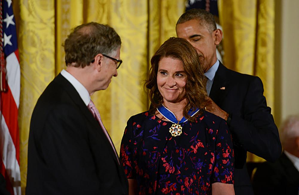 Bill Gates nhìn vợ trìu mến trong dịp cựu tổng thống Barack Obama trao Huân chương Tự do cho cả hai năm 2016.