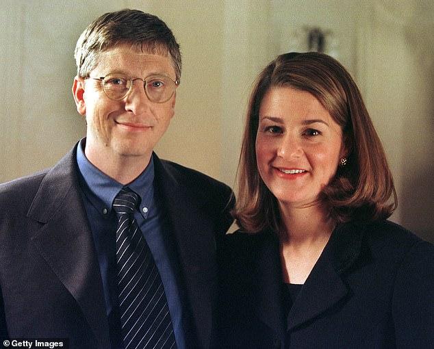 Bức ảnh chụp vợ chồng Bil Gates trong một sự kiện năm 1998. Sau khi kết hôn, Melinda lui dần về hậu phương để chăm sóc gia đình.