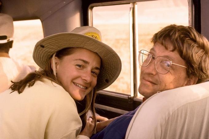Buổi hẹn hò đầu tiên của hai người diễn ra tại nhà của Bill Gates, sau khi nam doanh nhân kết thúc buổi họp. Họ tìm thấy điểm chung khi cùng thích những câu đố và trò chơi toán học. Ngay từ ván đầu tiên của một trò chơi, Bill Gate đã thua cuộc. Melinda cho rằng có lẽ đây cũng là điều khiến Bill Gates ấn tượng.