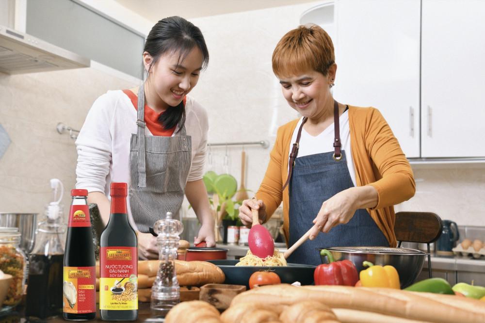 Dành một chút thời gian vào bếp với mẹ để tạo nên món quà hoàn hảo. Ảnh: Lee Kum Kee