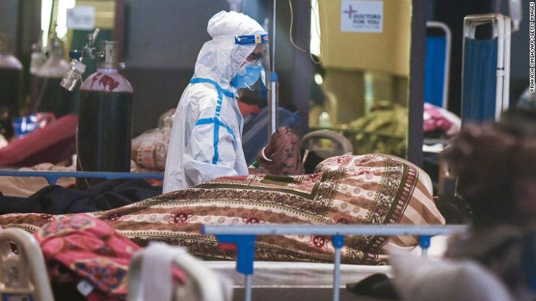 Một nhân viên y tế mặc bộ quần áo bảo hộ cá nhân chăm sóc bệnh nhân bên trong phòng tiệc tạm thời được chuyển đổi thành khu điều trị COVID-19 ở New Delhi vào ngày 1/5