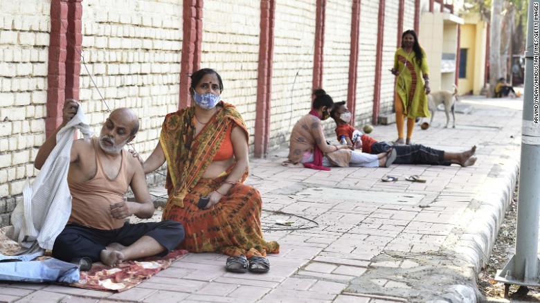 Nhiều bệnh nhân nằm bên ngoài các cơ sở y tế, chờ mong được nhập viện. Nhưng đôi khi ở ngoài còn tốt hơn.
