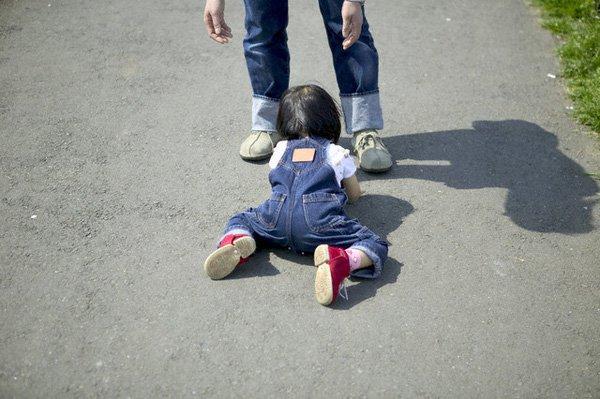 Cần đưa trẻ đi khám khi trẻ bị té ngã